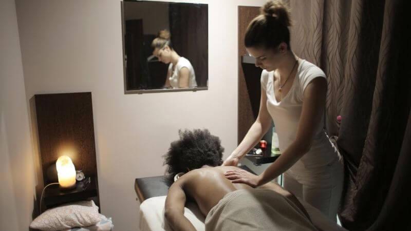 Masajista en una sesión de masaje