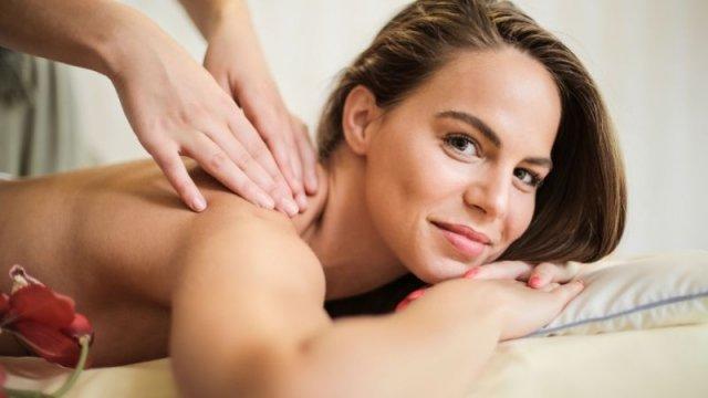 Chica recibe un masaje en la espalda