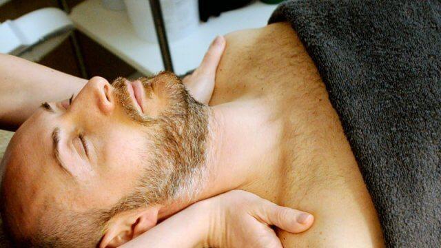 Masaje de tórax en hombre