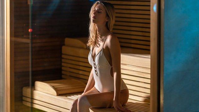 Chica en una sauna