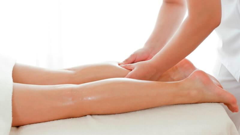 Masaje en estiramiento de las extremidades inferiores
