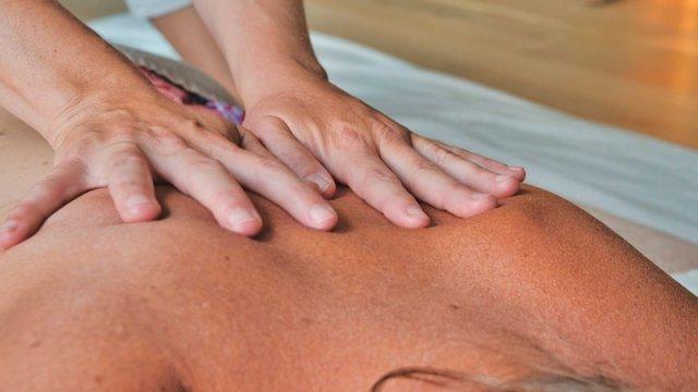 Masajista realizando un masaje de espalda